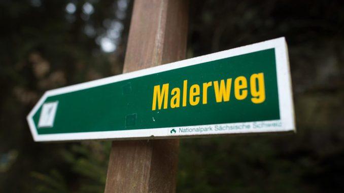 Ein Hinweisschild «Malerweg» im Nationalpark Sächsische Schweiz. Foto: Arno Burgi/Archiv