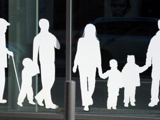 Figuren von Menschen in verschiedenem Alter. Foto: Jens Kalaene/dpa-Zentralbild/Archiv