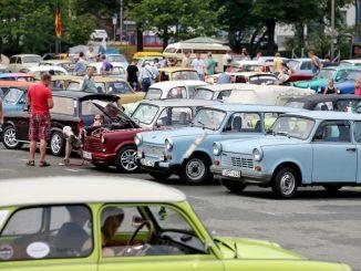 Besucher bestaunen Trabanten auf dem Internationalen Trabantfahrer-Treffen. Foto: Jan Woitas/Archiv