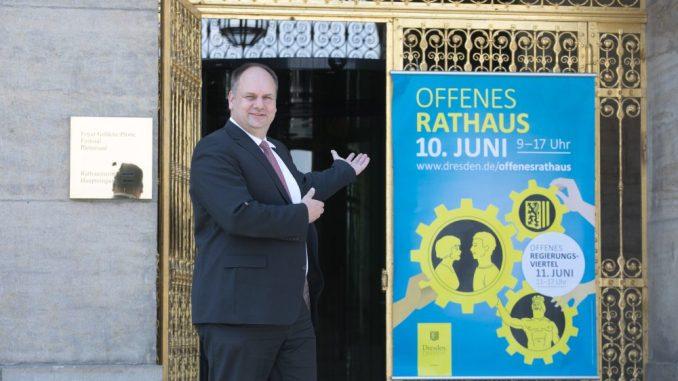 Oberbürgermeister Dirk Hilbert mit der Einladung zum Tag des offenen Rathaus im Jahr 2017. Foto: Steffen Füssel