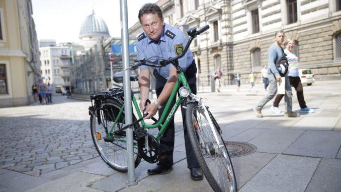 Auf sein Fahrrad sollte man immer vernünftig aufpassen. Hauptkommissar Uwe Müller zeigt, wie man das Rad richtig anschließt. Foto: Thomas Türpe