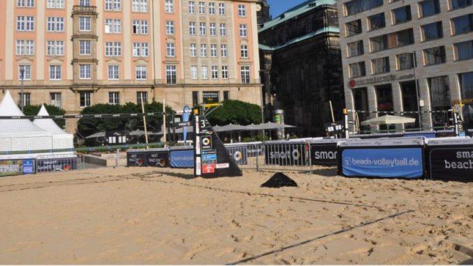 Der Sand ist ausgestreut - auf dem Altmarkt startet heute das Beachvolleyballfestival. Foto: Una Giesecke