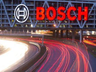 Das Bosch-Logo über einer Autobahn. Foto: Sebastian Kahnert/Archiv