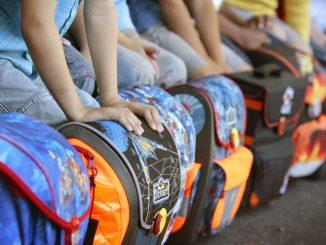 Mehrere Grundschüler mit ihren Schulranzen. Foto: David Ebener/Archiv