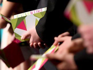 Teilnehmer einer Jugendweihe. Foto: Britta Pedersen/Archiv