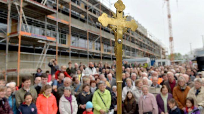 Das Kreuz für Propsteikirche in Leipzig bei seiner Segnung. Foto: Hendrik Schmidt/Archiv