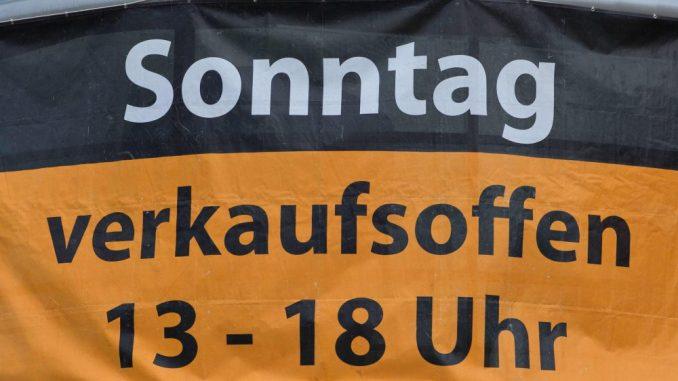 Werbeposter für einen verkaufsoffenen Sonntag. Foto: Jens Büttner/Archiv