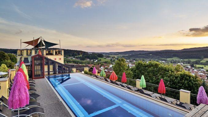 Im dauerhaft beheizten Dachpool genießt man einen tollen Blick über den Bayrischen Wald. Foto: Birkenhof