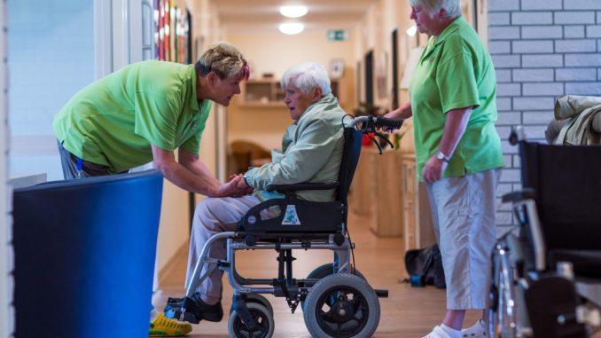 In Dresden nimmt die Zahl der Senioren stetig zu. Viele sind auf die Hilfe von Pflegepersonal angewiesen. Foto: dpa