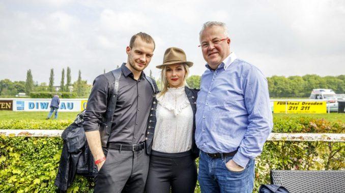 Beim Aufgalopp klappte die Kommunikation noch: Eric Stehfest mit seiner Frau Edith und Frank Schröder. Foto: Eric Münch