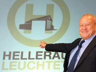 Dieter Jaenicke zeigt auf ein Logo des Festspielhauses Hellerau. Foto: Ralf Hirschberger/Archiv