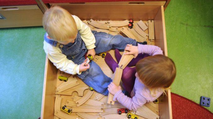 Immer mehr Kinder werden im Kindergarten untergebracht. Foto: Julian Stratenschulte/Archiv