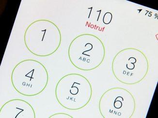 Die Zahl «110» ist auf dem Display eines Smartphones zu sehen. Foto: Lukas Schulze/Archiv