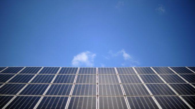 Eine Solaranlage ist vor blauem Himmel auf einem Dach zu sehen. Foto: Daniel Reinhardt/Archiv.