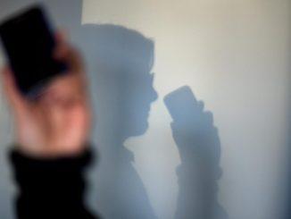 Eine Frau telefoniert. Foto: Arno Burgi/Archiv