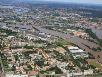 Blick auf Dresden während des Hochwassers 2002. Foto: Dresden.de/Peter Haschenz