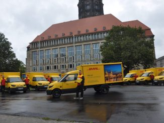 Am Montag stellte die Deutsche Post ihre neuen E-Fahrzeuge vor dem Dresdner Rathaus vor. Foto: Una Giesecke