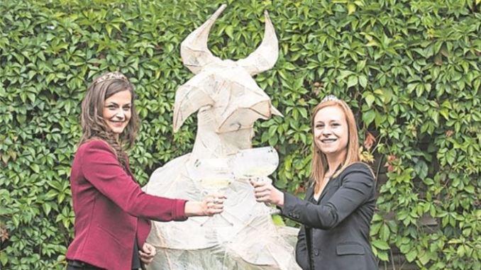 Die Sächsische Weinkönigin Friederike Wachtel (li.) lädt nach Altkötzschenbroda ein. Foto: PR