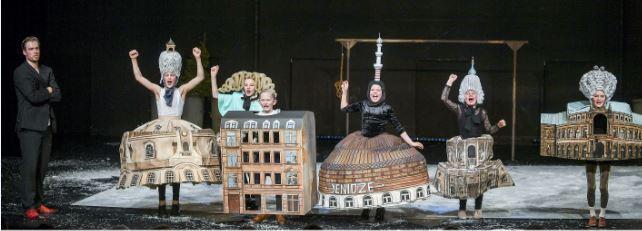 Matthias Reichwald (li.) spielt den Schriftsteller Erich Kästner, Dresdner Kinder stellen dessen Geburtsstadt dar. Foto: Sebastian Hoppe