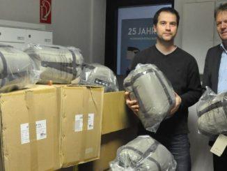 Peter Großpietsch (r.) übergab am 6. Dezember jeweils 50 Schlafsäcke und Isomatten an Michael Schulz von der Wohnungsnotfallhilfe der Diakonie in der Mohnstraße 43. Foto: Una Giesecke