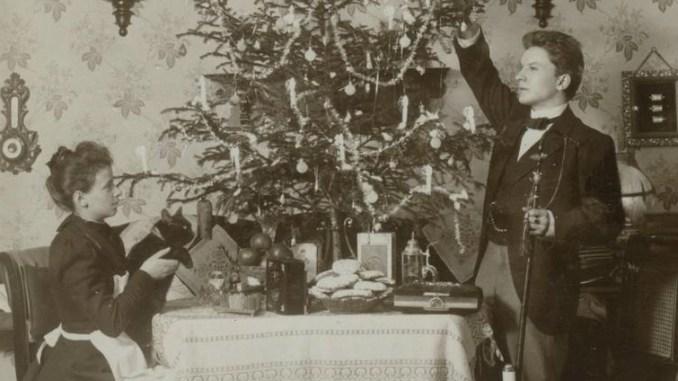 Jung verheiratet um 1900 - per Selbstauslöser fotografierte sich das Ehepaar Wagner bis 1942 alljährlich unterm Weihnachtsbaum. Foto: PR