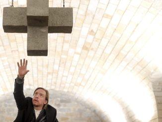 Oliver Simon beeindruckte unter dem steinernen Kreuz in der Inszenierung am Dresdner Schauspielhaus. (Foto: Sebastian Hoppe)