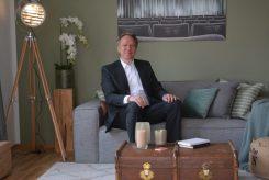 """Alexander Kuhlendahl (Head of Asset Mangement bei Revitales Real Estate AG) sitzt Probe auf der Couch in der neuen Musterwohnung im """"Haus am Schauspielhaus"""". (Foto Thessa Wolf)"""