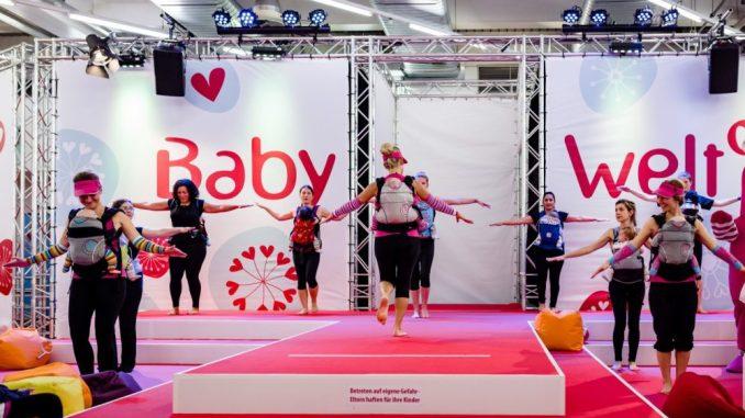 Sportliche Betätigung der frisch gebackenen Mütter gemeinsam mit Ihrem Nachwuchs im Tragegurt auf der Showbühne zur Babywelt (München 2017). (Foto: Thiel PR)