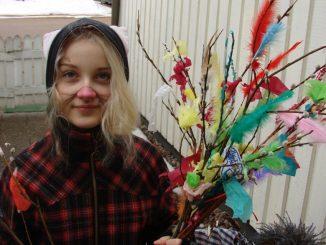 Finnische Osterhexe mit geschmückter Rute. (Foto: Archiv)