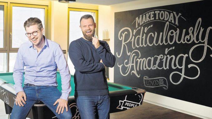 Vorstand Florian Braunschweig und Vizepräsident Eric Jangor (v.l.) haben gut Lachen: Nach Skandalen ist Lovoo wieder gut im Geschäft. Foto: SZ / Juergen Loesel