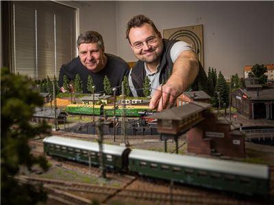 Claus Rost (l.) und Klaus Habermann zeigen die Modellbahn TT auf der Anlage für den deutschen-deutschen Grenzverkehr. Die ist Teil des neuen Museums. Foto: Sven Ellger