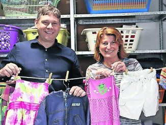 Thomas Barthold (WBG) und Silvia Restel (SUFW) sammeln gut erhaltene Kindersachen für das Soziale Kaufhaus.
