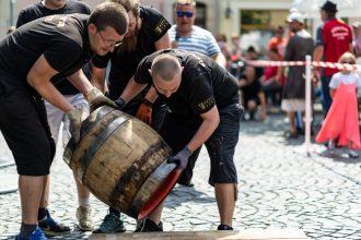 Auch dieses Jahr gibt es das beliebte Bierfassrollen beim Radeberger Bierstadtfest, am 2. Juni um 14 Uhr auf dem Marktplatz. (Foto: Agentur Schröder)