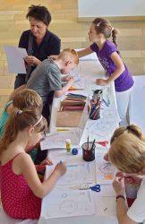 Die kleinen Gäste durften sich spielerisch mit dem Thema Zeit auseinandersetzen. (Foto: Holm Helis).
