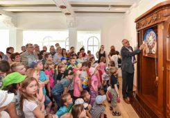 Der Museumsleiter Reinhard Reichel erklärt den Besuchern die Goertz-Uhr. (Foto: Holm Helis)