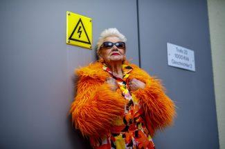 """Christa Höhnel posiert für das Projekt """"Schönheit im Alter"""", durchgeführt vom Studio Lamettanest im Ambulanten Pflegezentrum Dresden-Gorbitz-Cotta. Die Protagonisten wurden alle in Gorbitzer Kulisse fotografiert. Foto: Eric Münch"""