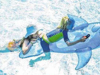 Erfrischung pur und an heißen Tagen die Seele baumeln lassen: Vor allem für den Nachwuchs sind Ausflüge ins Freibad angesagt. Foto: Thomas Kretschel
