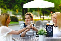 Im Café Milchmädchen in Dresden Gruna kann man sich gemeinsam mit seinen Freundinnen treffen und den Arbeitstag entspannt ausklingen lassen (Foto: Christian Chalupka)