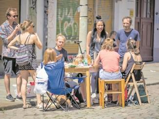 Begegnungen im öffentlichen Raum, auf autofreien Straßen. Einmal im Jahr zum Stadtteilfest ist bereits das gelebte Realität, was ein Reallabor in der Äußeren Neustadt umsetzen will.