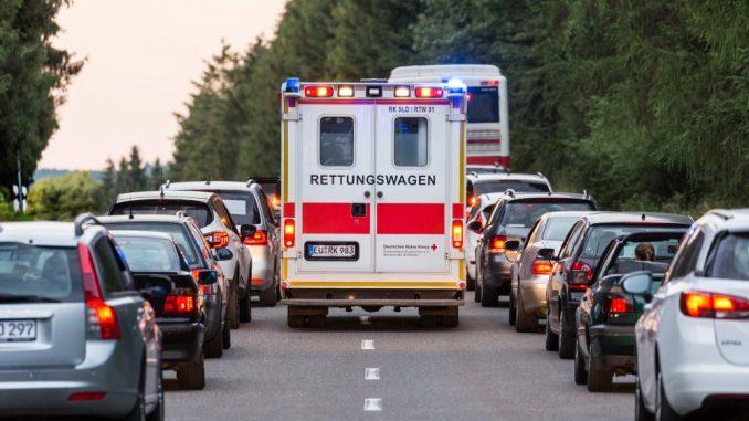 Bildung einer Rettungsgasse bei einem Verkehrsunfall auf einer Landstraße, Rettungswagen und Einsatzfahrzeug des DRK fahren auf der Rettungsgasse zum Unfallort - 2018. Foto: J. Müller