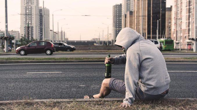Alkohol kann ebenso zu einer Sucht werden, wie der Konsum von Drogen, Zigaretten Rauchen oder das übermäßige Nutzen von Internet, Spielen oder Sozialen Netzwerken. (Foto: Pixabay)