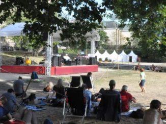 Heiße Themen unter heißer Sonne: Auf der Palaisbühne reden sich die Podiumsteilnehmer die Köpfe heiß. Foto: Una Giesecke