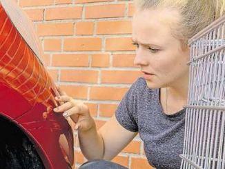 Einen Kratzer am fremden Auto verursacht – die Haftpflichtversicherung hilft. Foto: Verbraucherzentrale