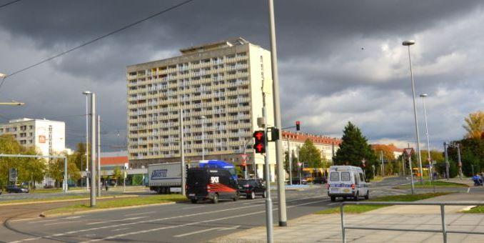 """Das umstrittene Hochhaus am Pirnaischen Platz erlangte traurige Berühmtheit: Zu DDR-Zeiten trug es die Inschrift """"Der Sozialismus siegt"""". Foto: Thessa Wolf"""