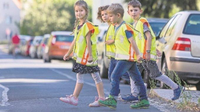 Mit den reflektierenden Neon-Westen sind die Kleinen besser zu sehen. Foto: ADAC / Jürgen Lösel