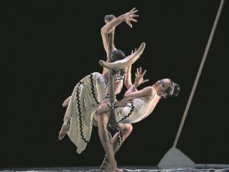 Duosi Zhu Errand und Christian Bauch tanzen den Gang ins innere Labyrinth. Foto: Ian Whale