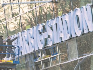 Seit Mittwoch prangt der neue Name am Dresdner Stadion. // Foto: Robert Michael