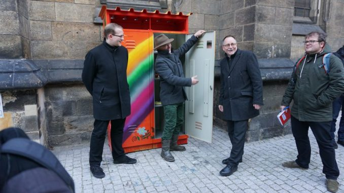 Christopher Colditz (v.l.), Eckehard Möller und André Barth geben den Schrank zur Nutzung frei.