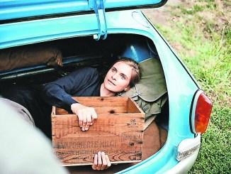 Katja (Lena Lauzemis) wird im Kofferraum von Adam (Florian Teichtmeister) über die ungarische Grenze geschmuggelt. In Begleitung einer Schildkröte flieht sie in den Westen.