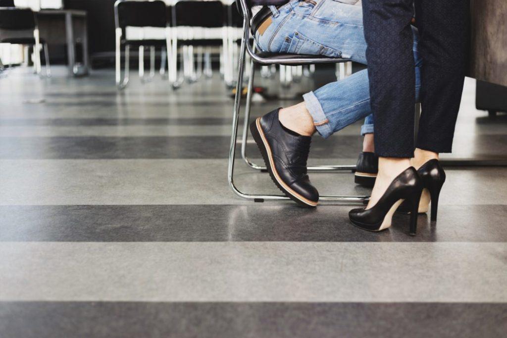 """So sehr es das Modediktat auch erfordert, knöchelfreies """"Planking"""" ist bei Minustemperaturen ein absolutes No-Go.  Foto: fotolia.com © Drobot Dean"""
